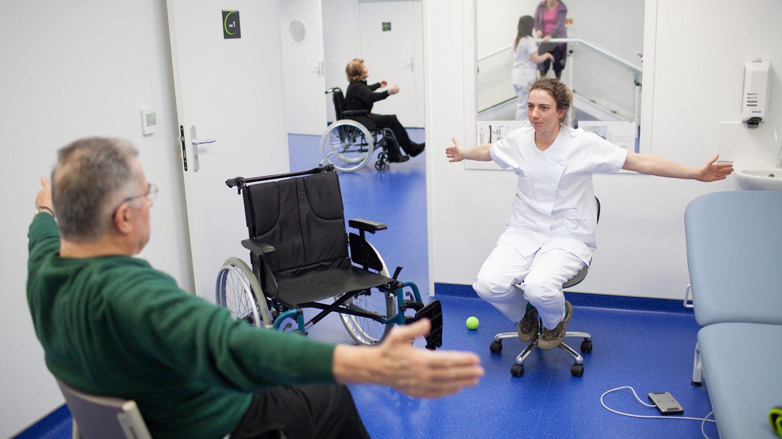 Photographie d'une séance de rééducation, une thérapeute évalue la motricité de son patient