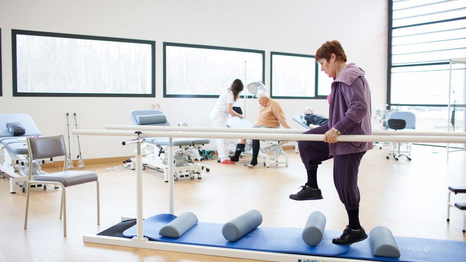 Une patiente pratique un éxercice de marche en évitant des obstacles