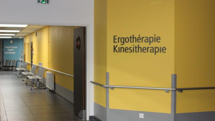 Photogaphie du couloir menant au plateau technique, en salles de kinésithérapie et ergothérapie
