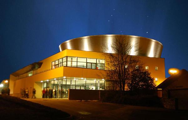 Photo de nuit du théâtre du Vellein